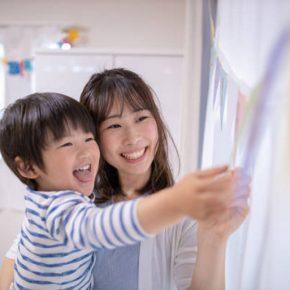 Bé Nhật Minh cùng mẹ
