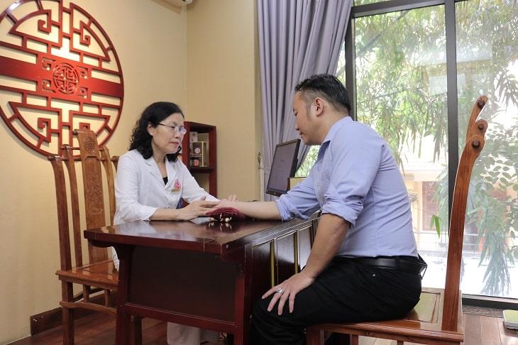 Bệnh nhân được bác sĩ Vân Anh thăm khám