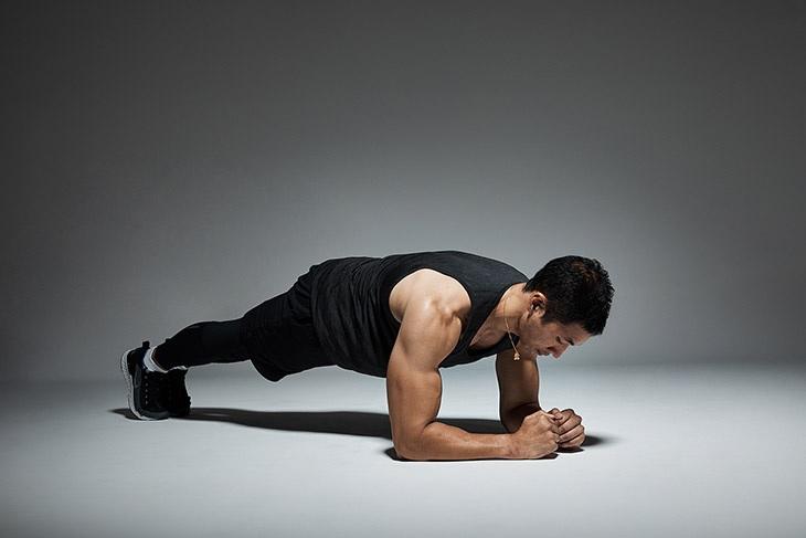 Động tác Plank tác động lớn tới vùng cơ bụng, cơ bắp tay vừa tiêu hao mỡ thừa vừa tăng cường sinh lý