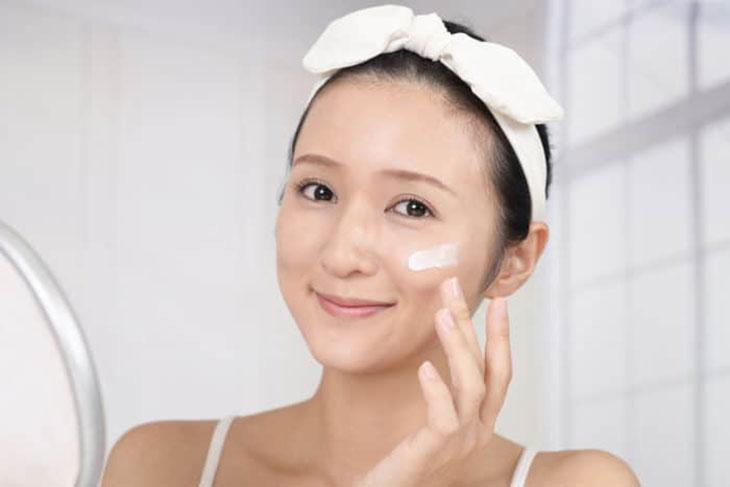 Người lớn nên dưỡng ẩm cho da để hạn chế bong tróc