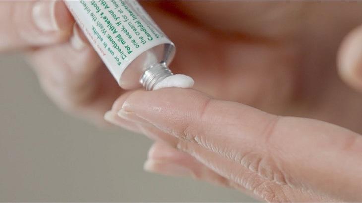 Bị chàm hóa có thể dùng các loại thuốc bôi để cải thiện triệu chứng