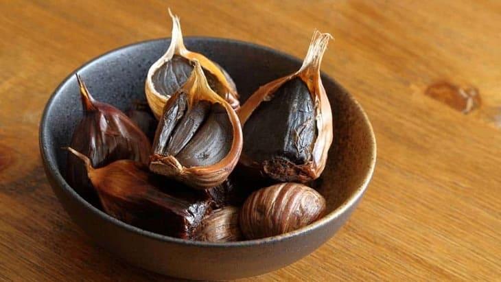 Tỏi đen có chứa nhiều dưỡng chất hơn các loại tỏi khác, rất tốt cho người bị viêm da cơ địa