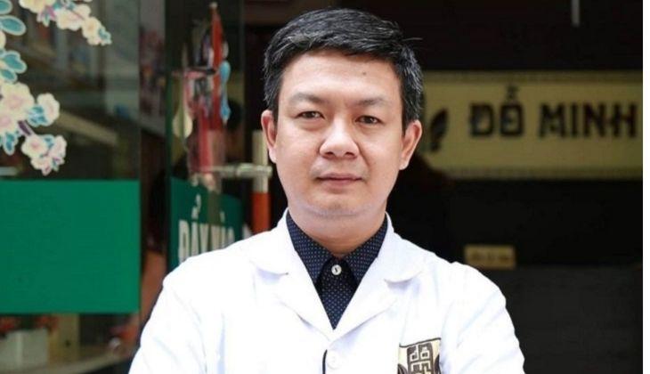 Lương y Đỗ Minh Tuấn đang đứng đầu tại nhà thuốc