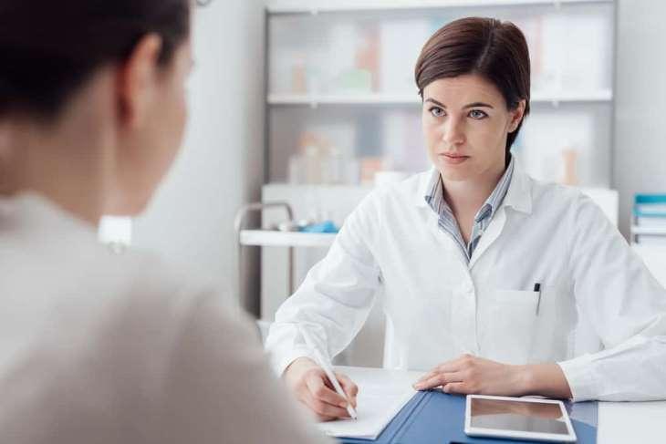 Nếu con nhỏ có biểu hiện sốt, khó thở cha mẹ cần đưa bé đi gặp bác sĩ ngay