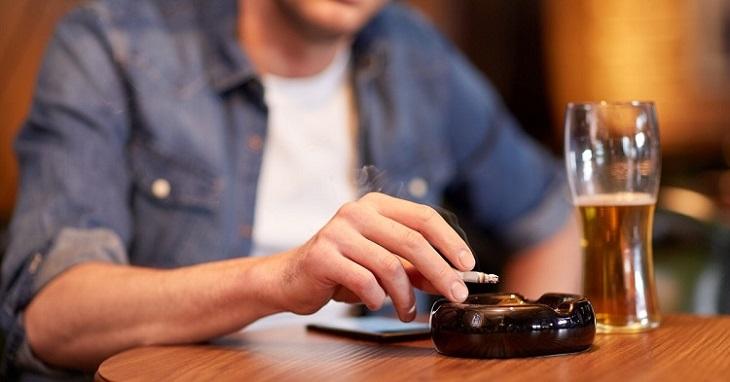 Thuốc lá và rượu bia sẽ khiến nam giới bị suy giảm chức năng sinh lý