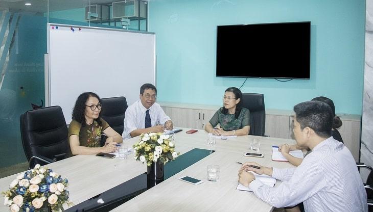 Bác sĩ Lê Phương và các y bác sĩ khác cùng nghiên cứu bài thuốc Cốt Vương thần hiệu thang