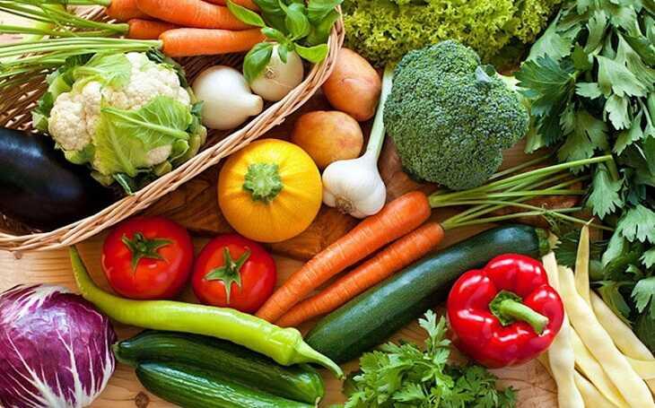 Rau xanh và trái cây tươi sẽ giúp trẻ nâng cao sức đề kháng, tái tạo da hiệu quả