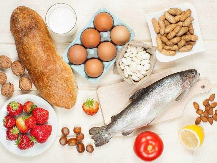 Trẻ bị viêm da cơ địa kiêng ăn gì - Câu trả lời là các loại thực phẩm gây kích thích như hải sản, đậu nành, đậu tương