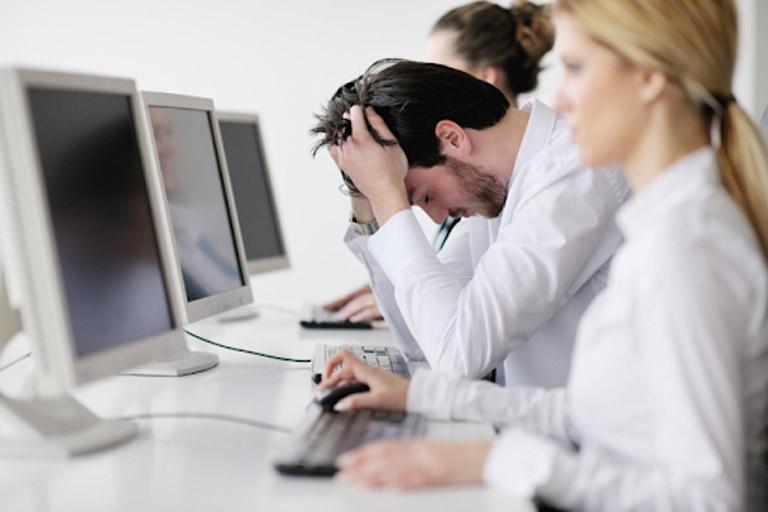 Các triệu chứng do bệnh gây ra khiến người bệnh cảm thấy rất khó chịu và ảnh hưởng đến công việc hàng ngày