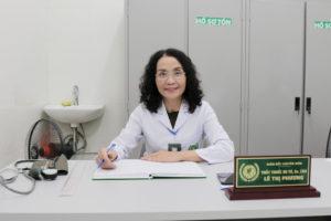 Bác sĩ Lê Phương là người trực tiếp thăm khám, điều trị mề đay cho Thư