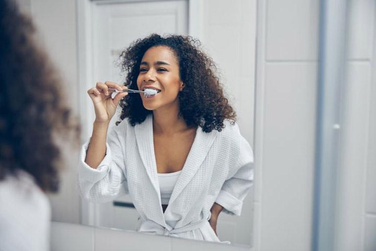 Chăm sóc răng miệng đúng cách giúp tiêu diệt vi khuẩn gây hại trong khoang miệng và khử mùi hôi
