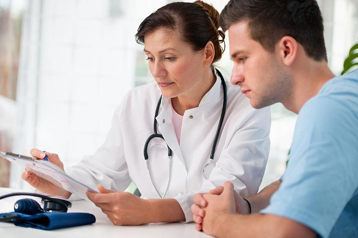 Vợ nên động viên chồng đi khám bệnh càng sớm càng tốtg