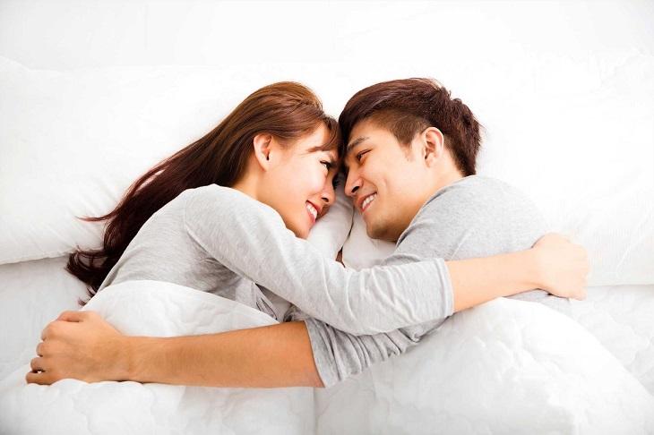Tạo cảm giác thoải mái vui vẻ khi ân ái để chồng không cảm thấy bị tự ti