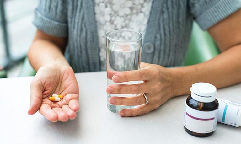 Dùng thuốc Tây y kiểm soát triệu chứng của bệnh theo hướng dẫn của bác sĩ