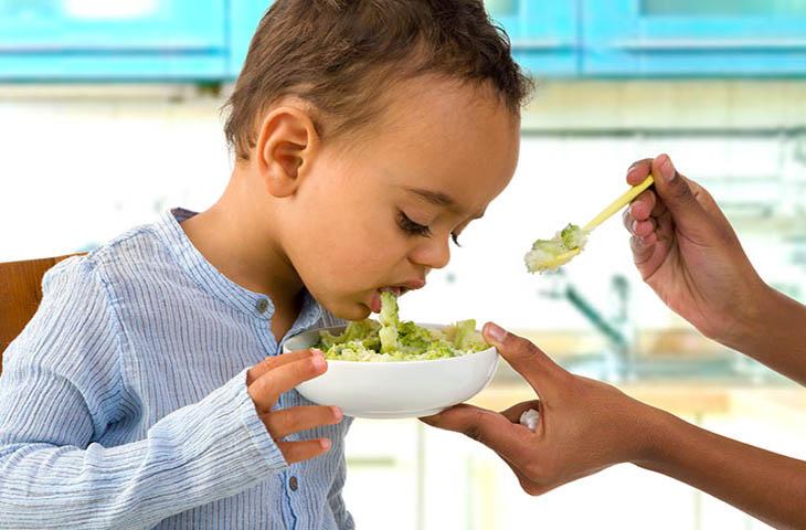 Ăn thực phẩm không hợp vệ sinh là một trong những nguyên nhân dẫn đến đau dạ dày