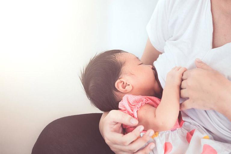 Cho trẻ sơ sinh bú đúng tiêu thế sẽ hạn chế được nguy cơ trào ngược dạ dày