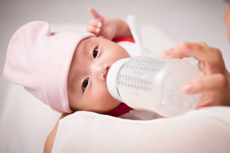 Trào ngược dạ dày có thể xảy ra nếu mẹ cho bé bú không đúng tư thế hoặc bú quá no