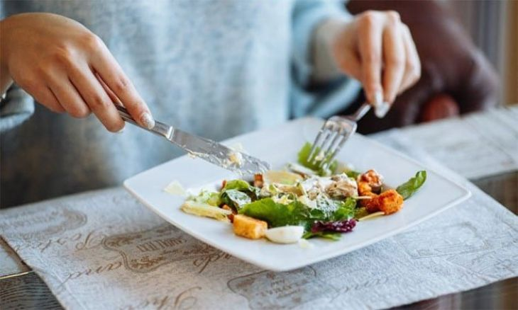 Nhai kỹ giúp giảm áp lực hoạt động làm việc của dạ dày
