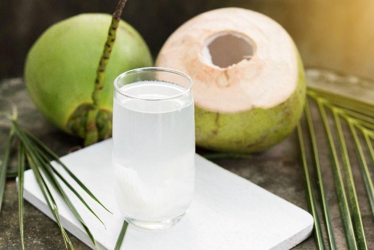 Uống nước dừa tươi sẽ giúp cơn đau dạ dày của bạn thuyên giảm