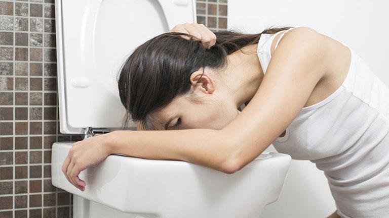 Dịch vị trào ngược lên thực quản đã gây kích thích đến cơ quan này và tạo ra cảm giác buồn nôn, nôn