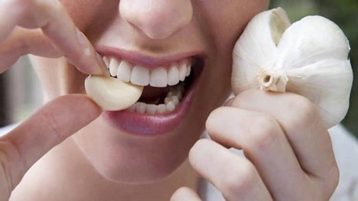 Ăn trực tiếp tỏi tươi sẽ giúp bạn kiểm soát bệnh chàm từ bên trong
