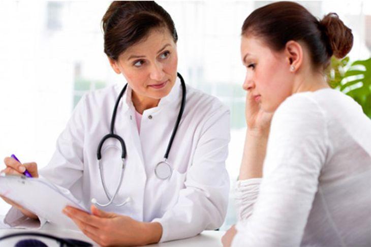 Cần đi khám bác sĩ để được tư vấn chữa bệnh viêm âm đạo sau sinh