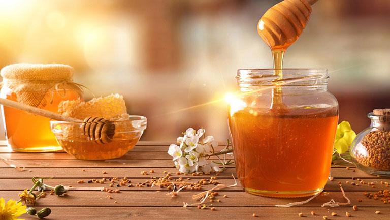 Sử dụng mật ong giúp sát khuẩn, tiêu viêm, giảm sưng, đau họng