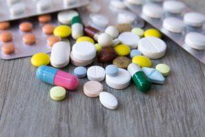 Dùng thuốc Tây là một trong những phương pháp chữa viêm họng