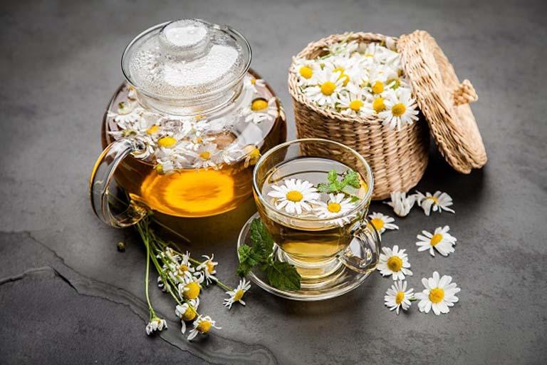 Uống trà hoa cúc mỗi ngày giúp đẩy lùi các triệu chứng khó chịu của bệnh viêm hang vị dạ dày