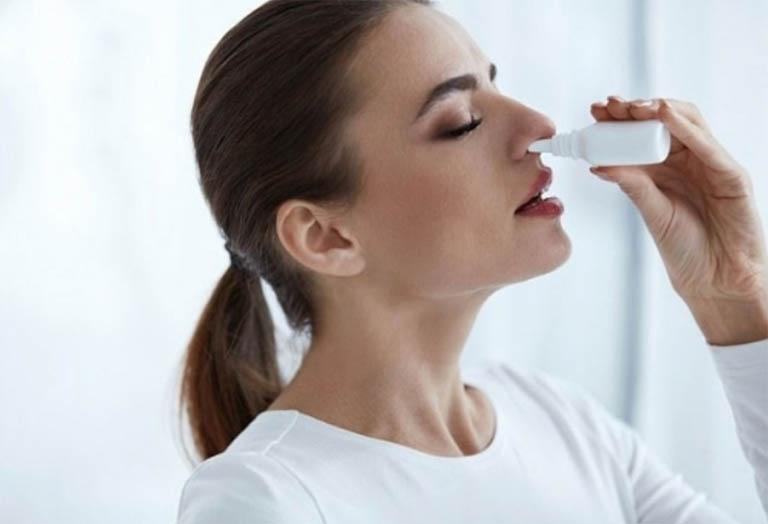 Điều chế hoa cứt lợn thành bài thuốc nhỏ mũi chữa viêm xoang tại nhà