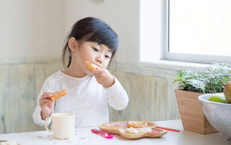 Mẹ nên chú ý đến chế độ ăn uống hằng ngày của bé