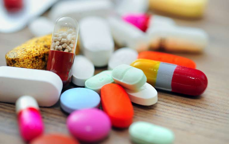 Để trị nổi mẩn đỏ không ngứa thì bố mẹ có thể sử dụng một số loại thuốc tây đã được bác sĩ kê đơn