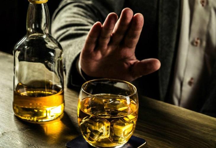Hạn chế rượu bia, chất kích thích cũng là cách chữa liệt dương