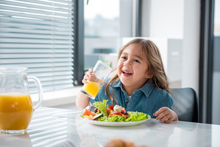 Chỉ nên cho bé ăn uống với liều lượng vừa phải và ưu tiên sử dụng thực phẩm lành mạnh