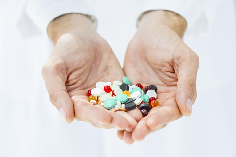 Dùng kháng sinh điều trị vi khuẩn Hp theo đúng phác đồ của bác sĩ chuyên khoa giúp hạn chế nguy cơ kháng thuốc