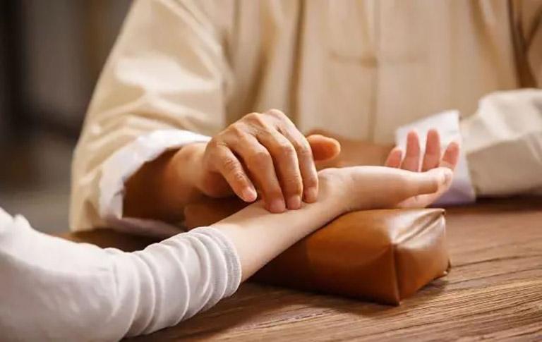 Người bệnh cần thăm khám xác định thể bệnh trước khi sử dụng thuốc Đông y trị bệnh