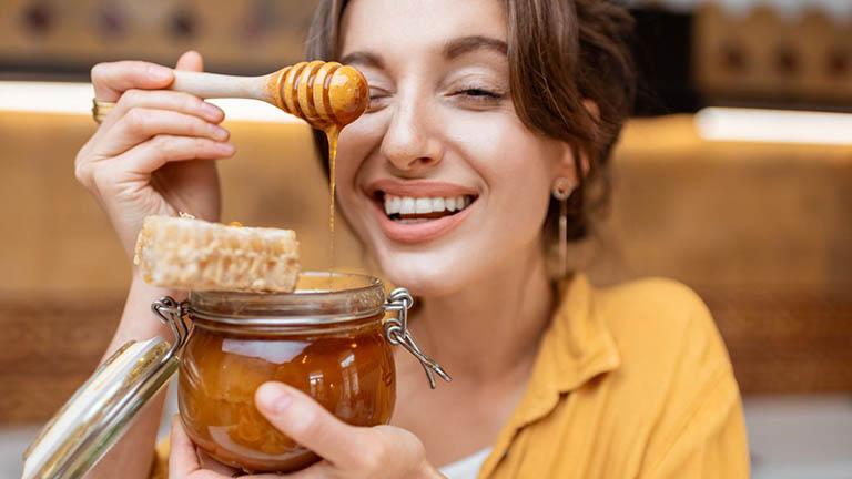 Chữa trào ngược dạ dày bằng mật ong là mẹo dân gian được rất nhiều người bệnh ưu tiên áp dụng tại nhà