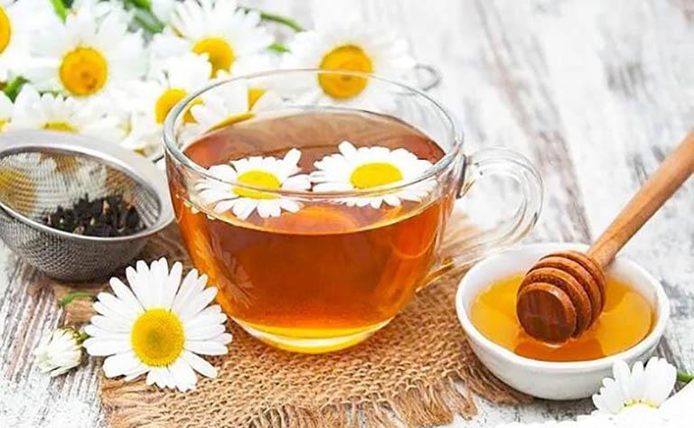 Uống trà hoa cúc pha mật ong giúp giảm nhẹ các triệu chứng khó chịu của bệnh