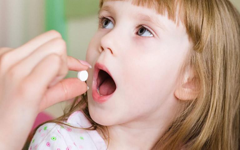 Cho trẻ dùng thuốc Tây y chữa bệnh trào ngược dạ dày dưới sự hướng dẫn của bác sĩ