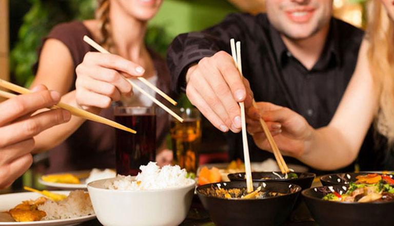 Ăn uống chung sẽ làm gia tăng nguy cơ bị lây nhiễm bệnh từ người khác