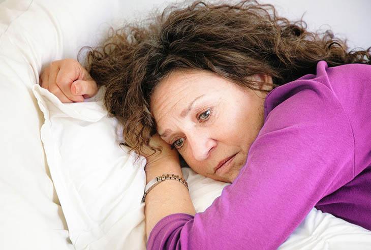 Chị em có thể phải đối mặt với việc khó ngủ, mất ngủ, rối loạn giấc ngủ, ngủ không sâu giấc hoặc tỉnh dậy nhiều lần trong đêm