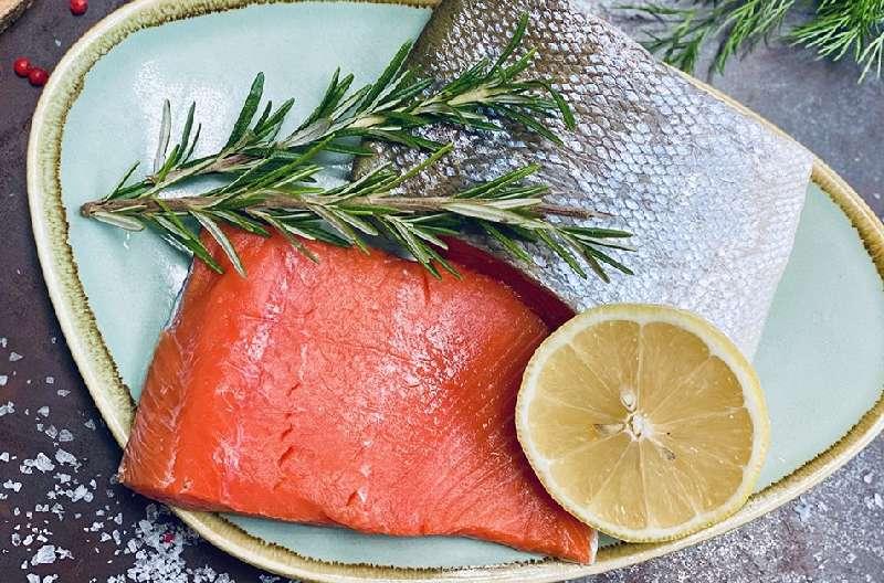 Cá hồi là nguồn thực phẩm không chỉ giàu protein mà còn chứa nhiều omega-3, 6, 9