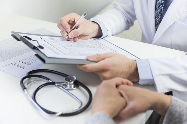 Thăm khám chuyên khoa dạ dày để được hướng dẫn điều trị đúng cách nếu nghi ngờ bản thân bị nhiễm khuẩn Hp