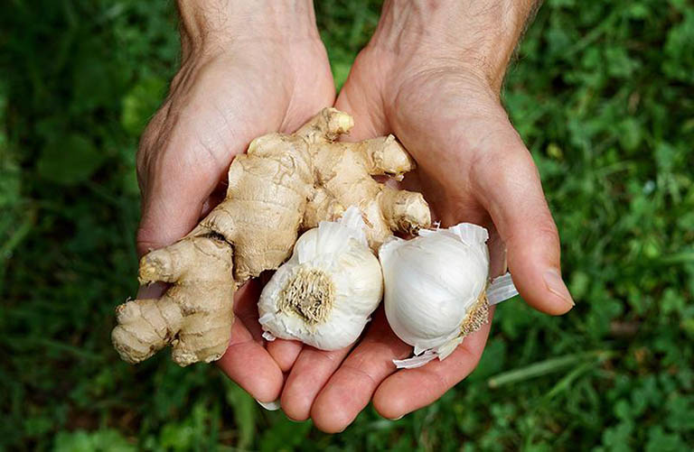 Bổ sung các loại gia vị có tính kháng viêm vào trong món ăn sử dụng hàng ngày để hỗ trợ điều trị bệnh