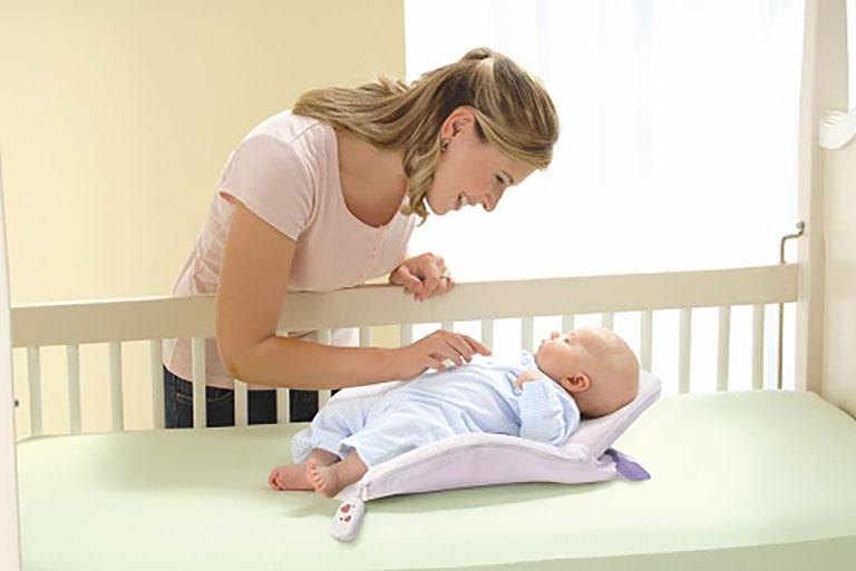 Chỉ nên cho trẻ dùng gối chống trào ngược khi có sự giám sát của cha mẹ để đảm bảo an toàn