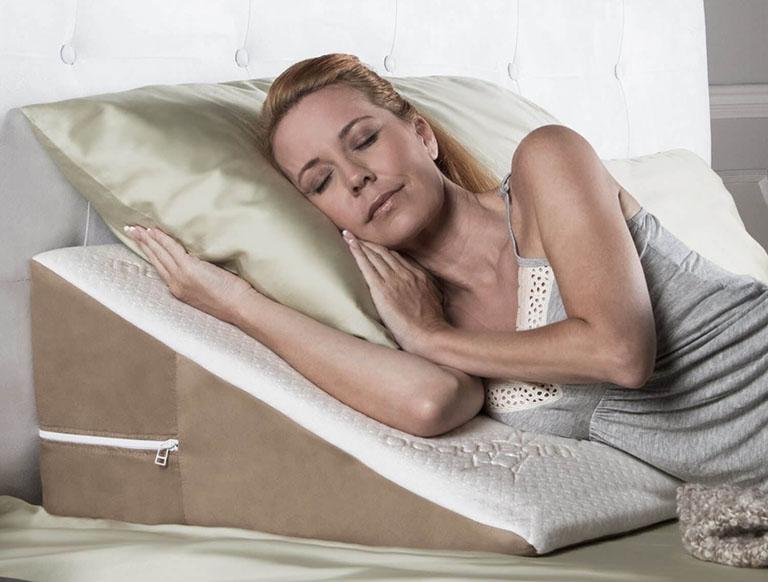 Sử dụng gối chống trào ngược có độ cao phù hợp sẽ tạo cảm giác thoải mái cho người bệnh khi dùng