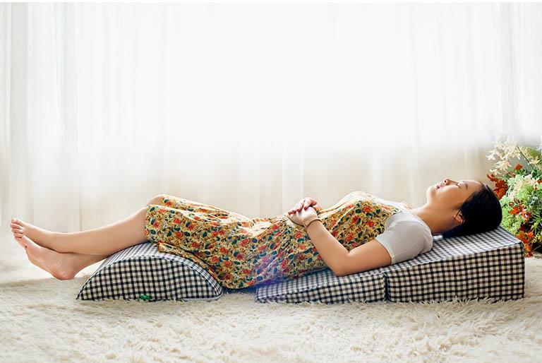 Sử dụng gối trào ngược khi nằm sẽ hạn chế được tình trạng dịch vị tiêu hóa từ dạ dày trào ngược lên thực quản