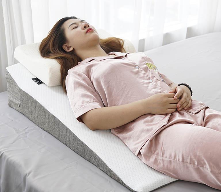 Sử dụng gối chống trào ngược khi ngủ sẽ giúp hạn chế được tình trạng trào ngược về đêm
