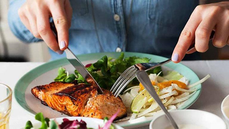 Người bị trào ngược dạ dày nên điều chỉnh lại thói quen ăn uống cho phù hợp với tình trạng bệnh của bản thân
