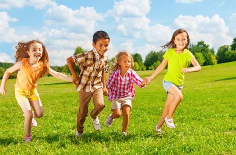 Tham gia các vận động ngoài trời mang lại rất nhiều lợi ích cho sự phát triển của trẻ